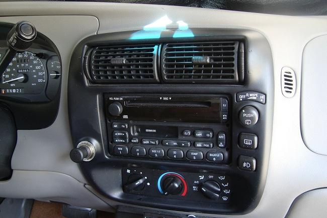 Магнитола на передней панели автомобиля