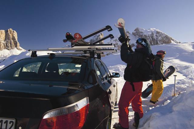 Перевозка сноуборда на крыше автомобиля