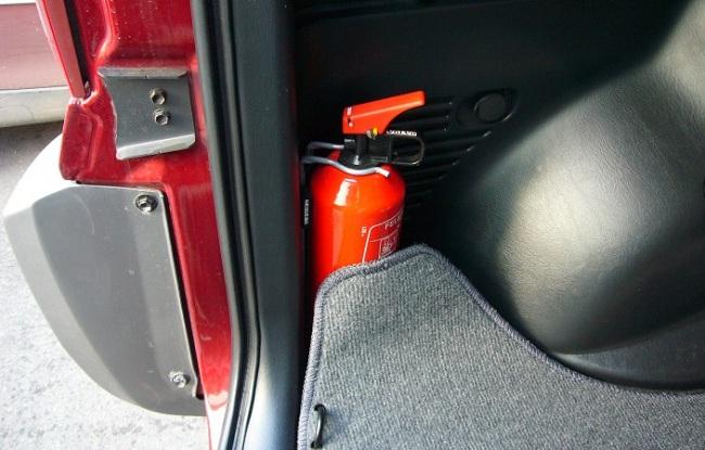 Хранение огнетушителя в багажнике