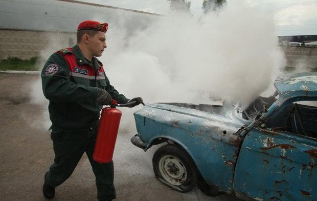 Тушение автомобиля огнетушителем