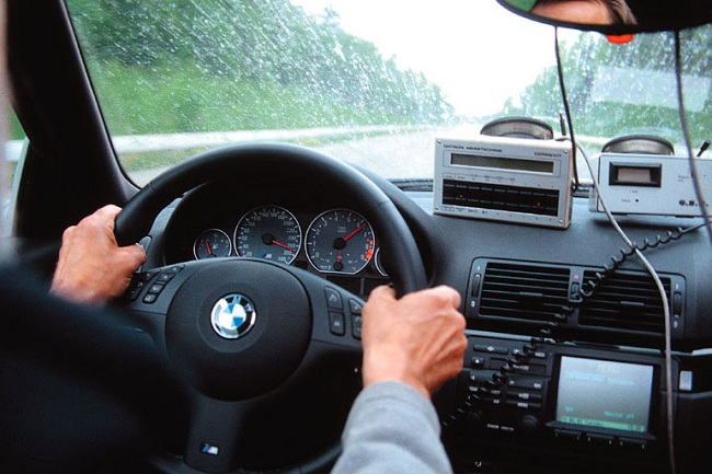 Правильное положение рук за рулем