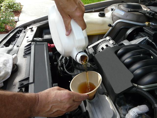 Заливаем автомобильное масло в двигатель