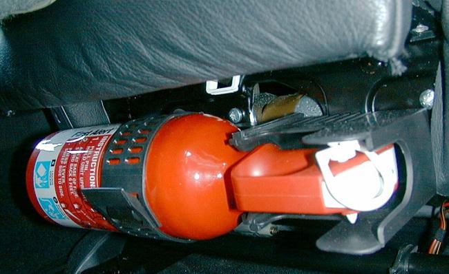 Закреплённый под сидением автомобильный огнетушитель