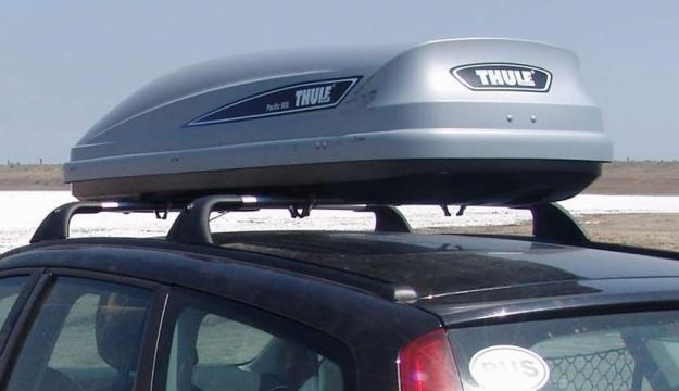 Установленный багажник на крыше машины