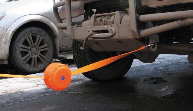 Буксировка автомобиля при помощи троса