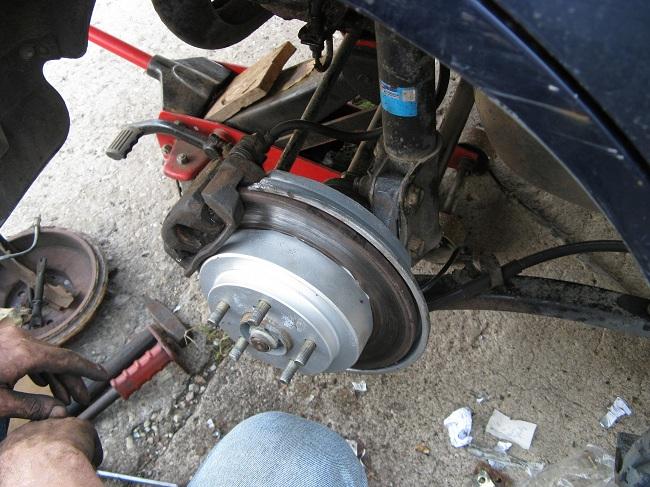 Процесс замены механизма на заднем колесе
