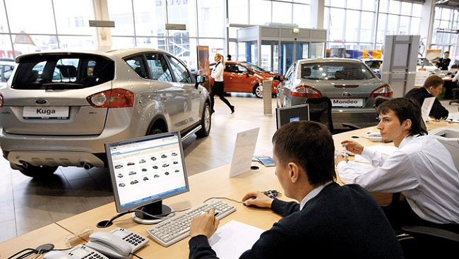 Представители банков в автосалоне для заключения сделок по автокредитованию