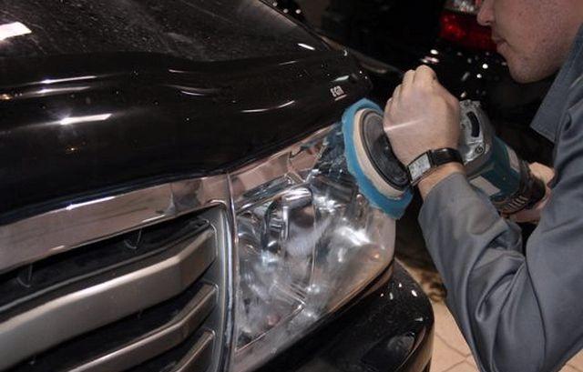 Процесс полировки фары автомобиля