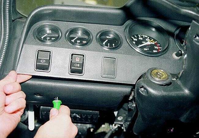 Снятие передней консоли автомобиля для замены ламп