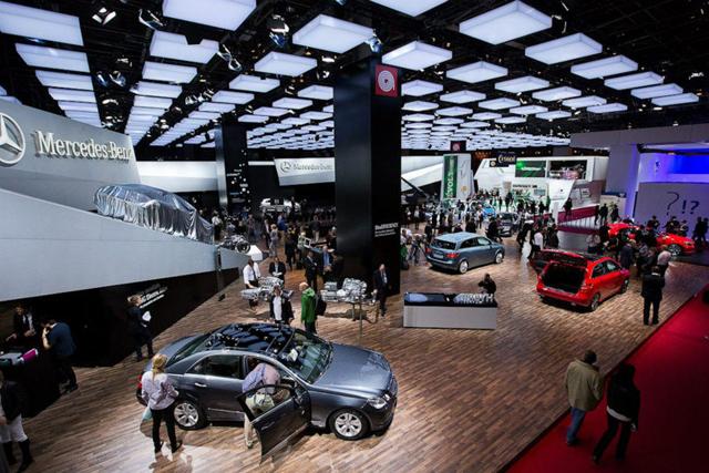 Выставка автомашин в Парижском автосалоне