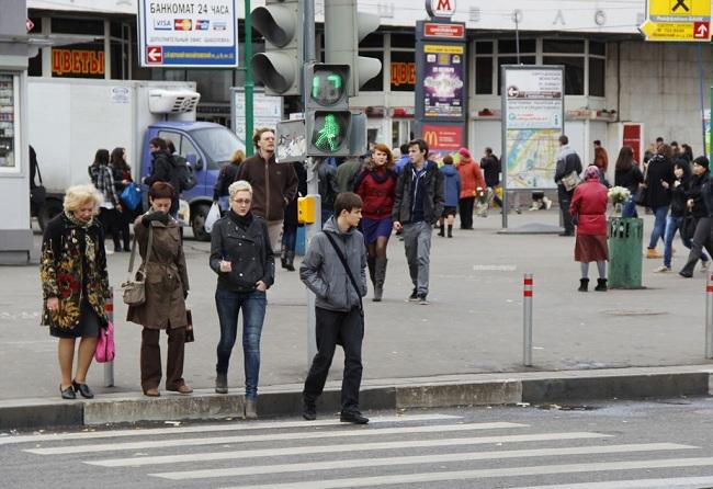 Даже при переходе дороги на зелёный сигнал следует убедиться в том, что вас пропускают
