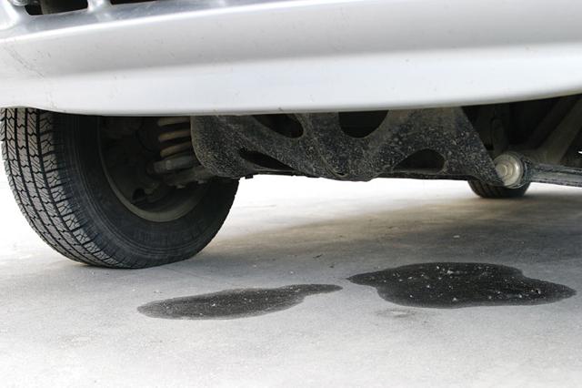 Пятна под авто свидетельствуют о возможной поломке системы охлаждения