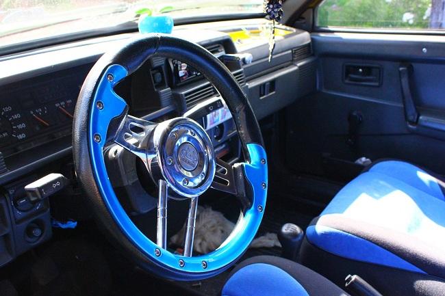 Спортивный руль в автомобиле