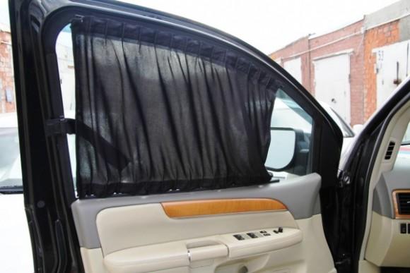 Солнцезащитные шторки на передней двери