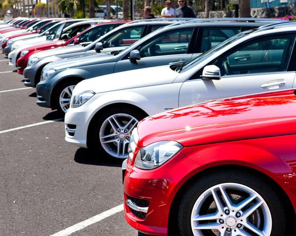 Автосалоны заполнены новыми автомобилями, но их никто не покупает