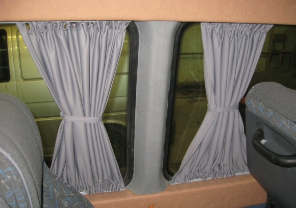 Шторки матерчатые на окнах микроавтобуса