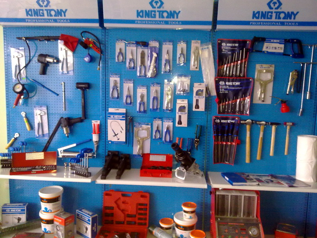Инструменты для ремонта автомобиля в гараже