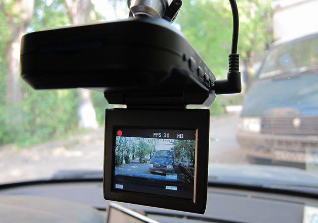 Видеорегистратор с дисплеем в салоне машины