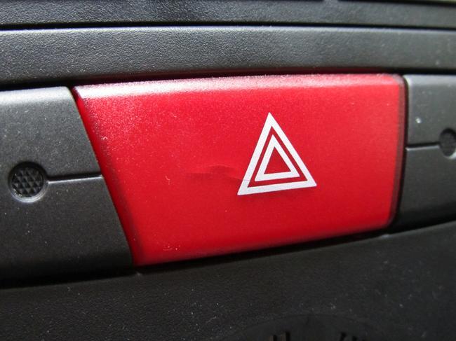 Аварийный сигнал автомобиля может помочь в отдельных ситуациях избежать ДТП