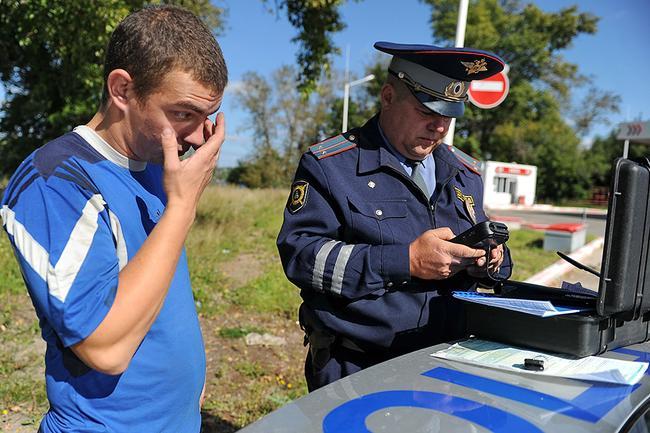 Инспектор оформляет правонарушение, которое ведет к лишению водительских прав