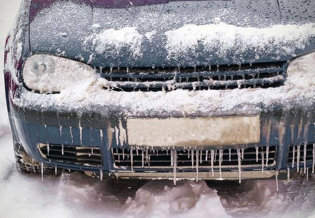 Зимой все жидкости автомобиля от низкой температуры становятся более вязкими, в том числе и масло в двигателе