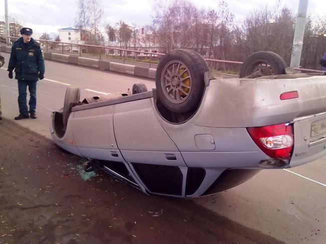 После аварии стекла автомобиля обязательно подлежат замене, потому обратите внимание на то, или они одинаковые