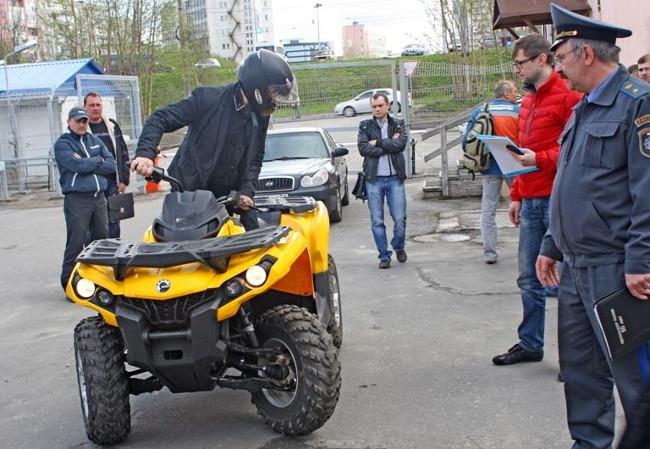 Сдача экзамена на права: парковка задним ходом на квадроцикле