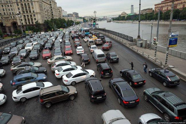 Неправильное движение на перекрестке ведет к образованию пробок и аварийных ситуаций
