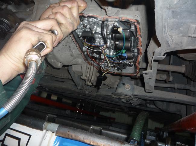 Процесс замены масла в АКПП автомобиля