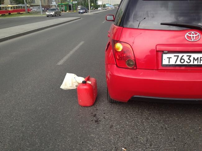 Если человек стоит на обочине с пустой канистрой ему необходимо помочь добраться до ближайшей автозаправки