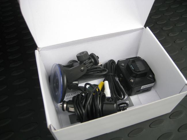 В комплекте с видеорегистратором есть все, что нужно для его монтажа