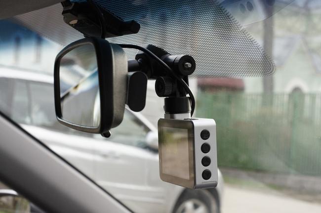 kreplenie-videoregistratora-v-avto