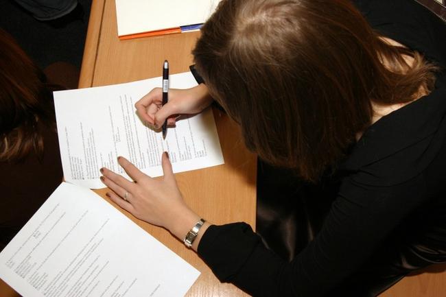Попросить помощи в заполнении или составлении заявления можно у любого работника инспекции