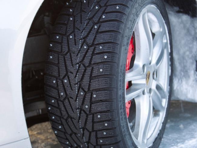 Шипованная резина обеспечивает более надежное сцепление с дорогой
