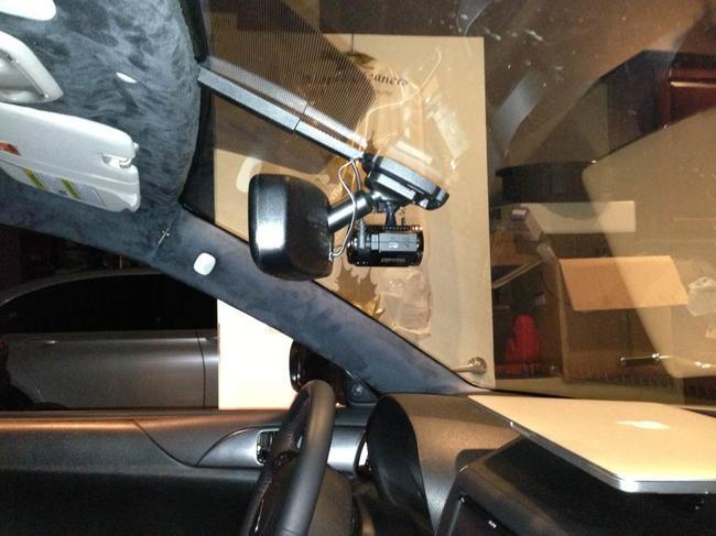 Видеорегистратор можно закрепить непосредственно на лобовое стекло