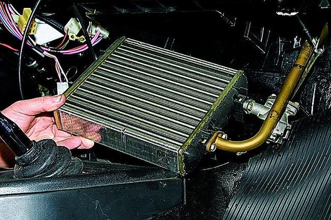 Радиатор отопителя нужно промыть или заменить на новый
