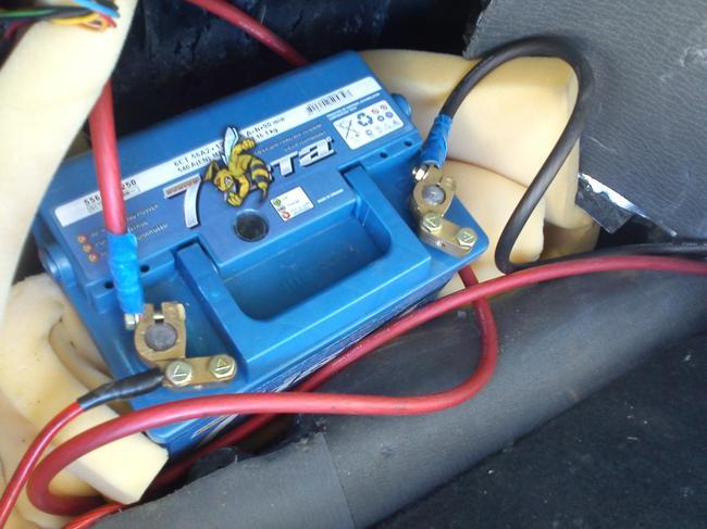 Установить дополнительный аккумулятор можно в багажнике