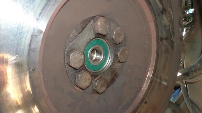 Подшипник коленвала берёт на себя всю нагрузку, даваемую двигателем, потому подвержен износу