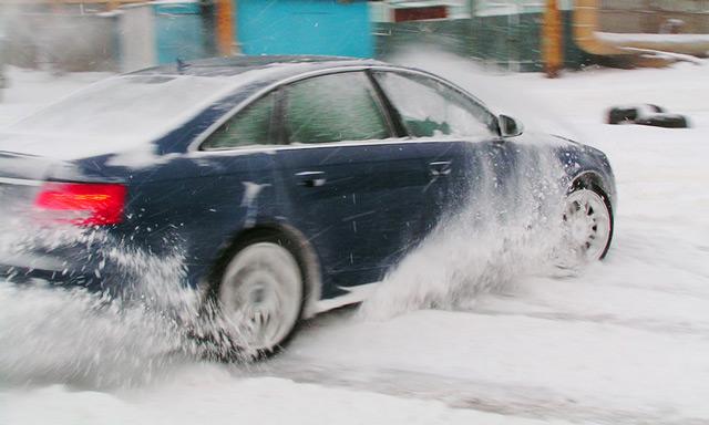 Передвигаясь зимой на автомобиле с задним приводом, следует быть предельно осторожным