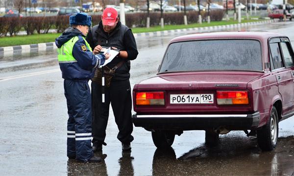 Сотрудник ГИБДД может потребовать водительские права, технический паспорт и страховку