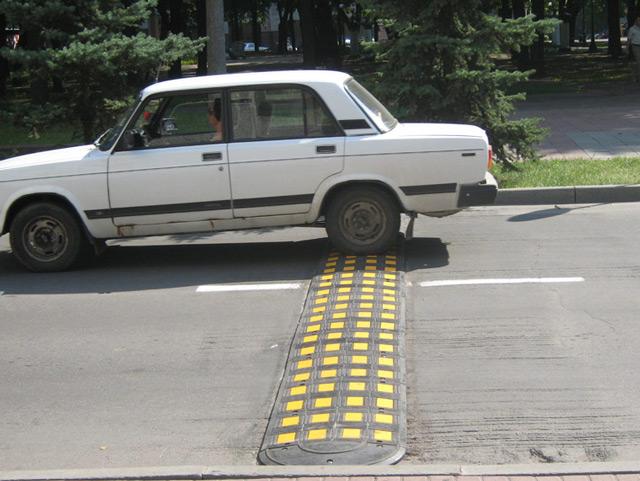 Неправильное преодоление лежачего полицейского может нанести ущерб автомобилю