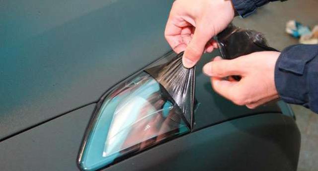 В итоге кузов автомобиля будет покрыт надёжной мембраной. Остаётся только убрать излишки