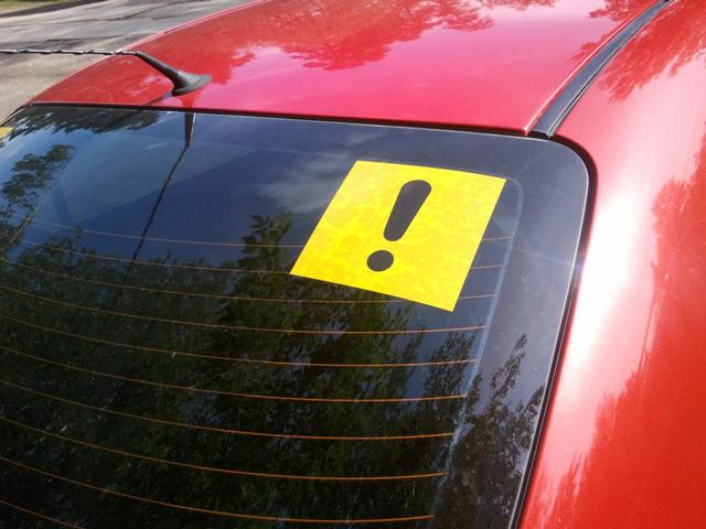 Многие опытные автомобилисты не снимают знак «Начинающий водитель», полагая, что он даёт им преимущества на дороге