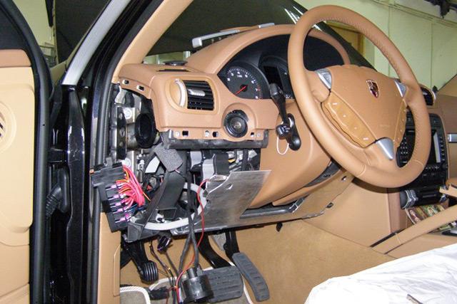 Для установки иммобилайзера потребуется демонтаж передней панели