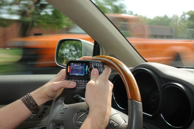 Общение по телефону значительно снижает бдительность водителя