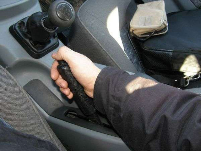 Правильное использование ручника может сыграть решающую роль на зимней дороге