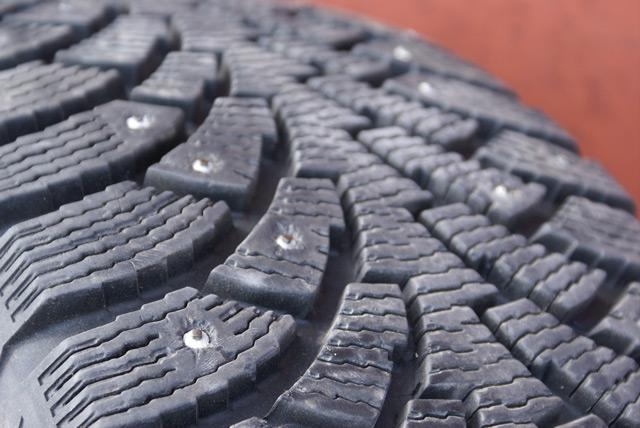 Для езды по скользкой дороги лучше всего подходит шипованная резина