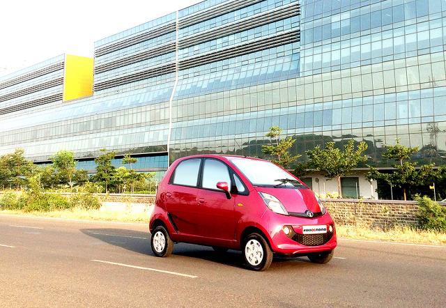 Новая модель Tata Nano преодолевает городскую застройку, «улыбаясь»