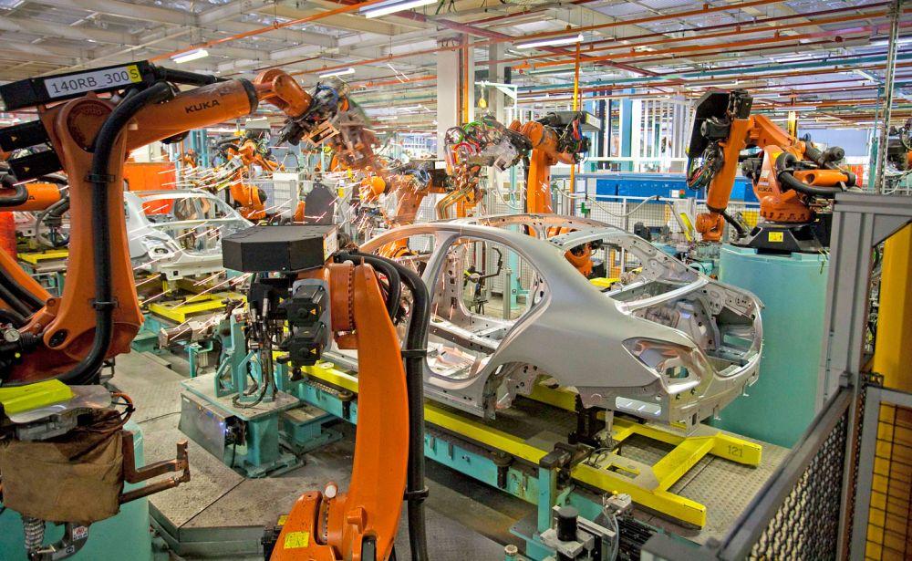 Роботы собирают Mercedes на автозаводе компании