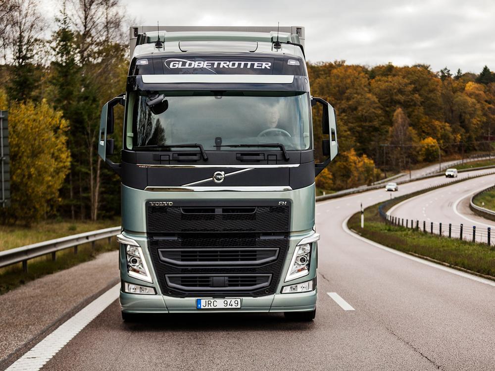 За современным грузовиком можно наблюдать онлайн